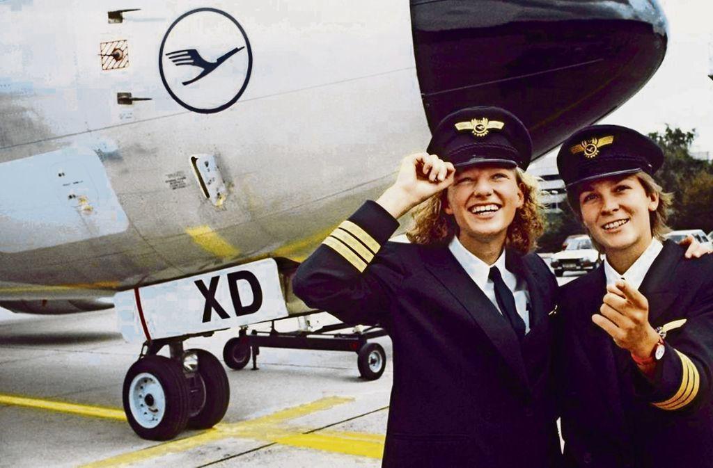 Nicola Lisy (links) und Evi Hetzmannseder waren die  ersten von Lufthansa ausgebildeten Pilotinnen. Ihr erster Flug war am 23. August 1988. Foto: Lufthansa