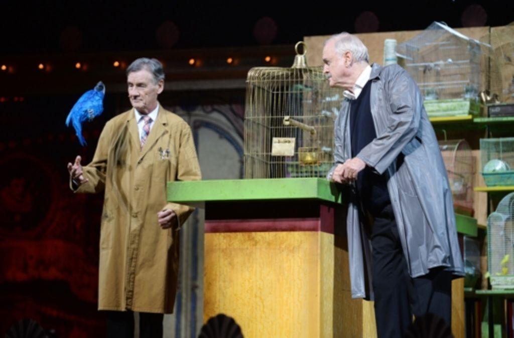 Er ist mausetot: Michael Palin (links) und John Cleese von Monty Python bei ihrem legendären Papageiensketch. Foto: Getty Images Europe
