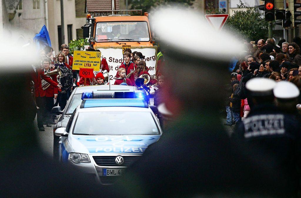 Schon immer hat die Polizei ein wachsames Auge auf den  großen Umzug. Foto: Archiv