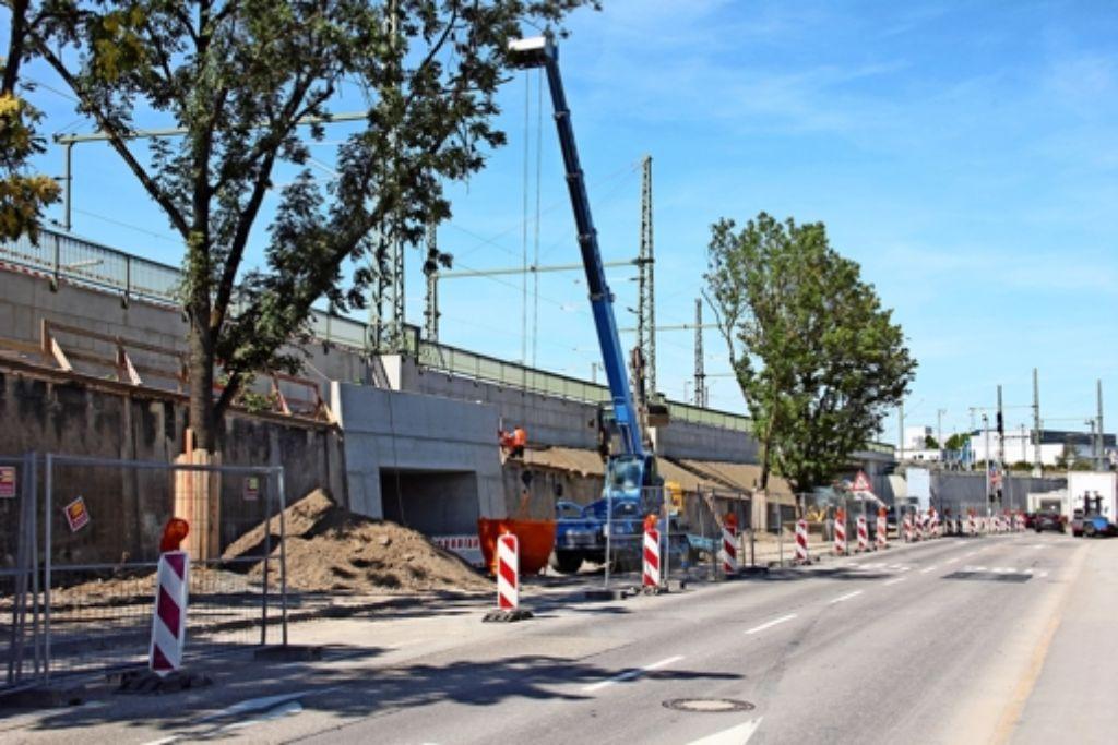 Bisher gab es am Bahnhof Feuerbach drei Fußgängerunterquerungen, eine davon mit direktem Zugang zu den Bahnsteigen. Künftig gibt es nur noch zwei Passagen. Foto: Georg Friedel