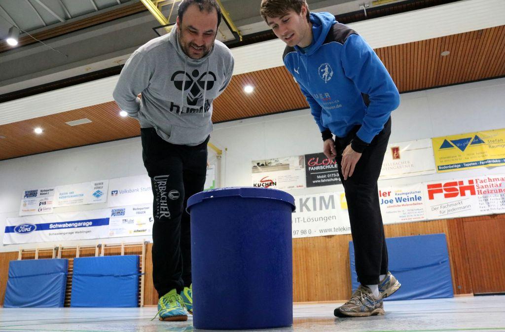Torwarttrainer Ahmet Cizmecioglu (li.) und Spieler Fabian Baldreich. Foto: Eva Herschmann