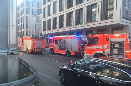 Fassade an der Ecke B27/Kriegsbergstraße brennt