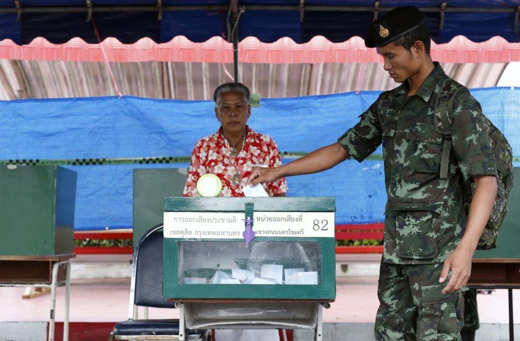 Auch dieser Soldat beteiligt sich an der Abstimmung über das Referendum, das die Generäle angestoßen hatten. Foto: EPA