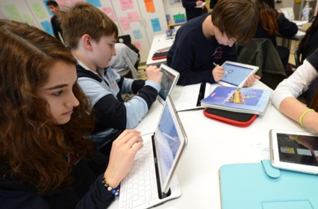 Tablets in den Klassen: Bisher gibt es das nur an drei Pilotschulen im Land. Foto: dpa