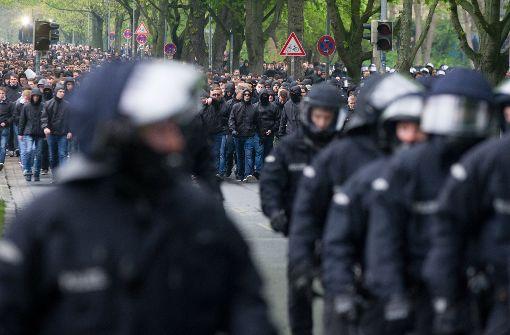 Polizei setzt mehr als 200 Fußball-Fans fest