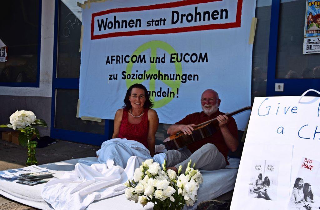An diesem Nachmittag sind sie Yoko Ono und John Lennon, die für den Frieden demonstrieren. Ihre wahren Namen tun dabei nichts zur Sache, findet dieses Paar. Foto: Alexandra Kratz