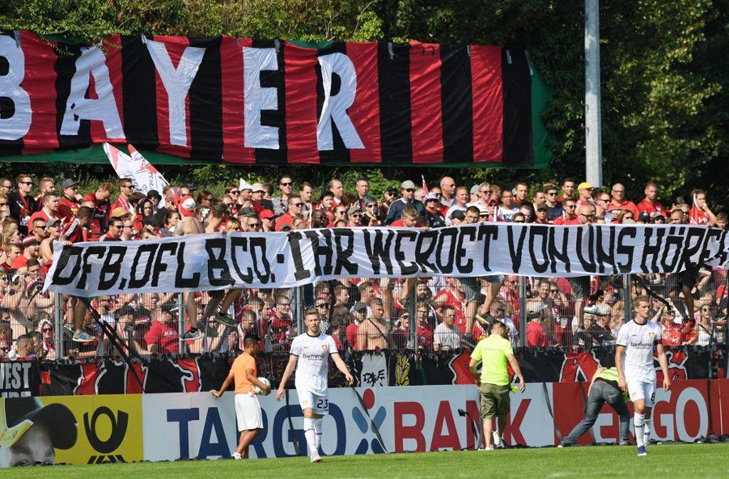 """""""Ihr werdet von uns hören"""": Die Fans – wie hier von Bayer Leverkusen – kündigten am Pokalwochenende verstärkten Protest an. Foto: dpa"""