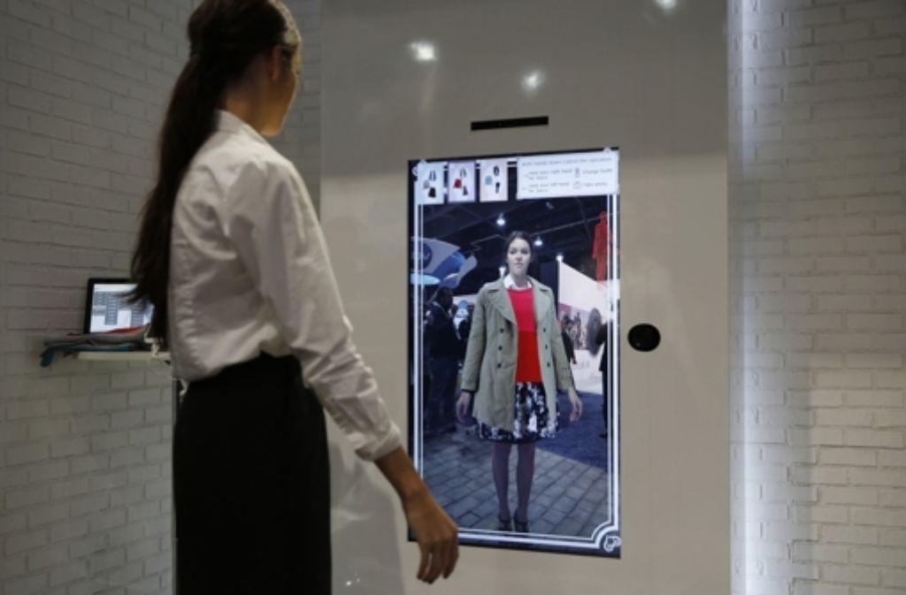 Sich in Sekundenschnelle umziehen ist schon keine Zukunftsvision mehr, wie die Messe für Konsumelektronik CES gezeigt hat. Aber Peter Glaser denkt noch weiter. Foto: AP