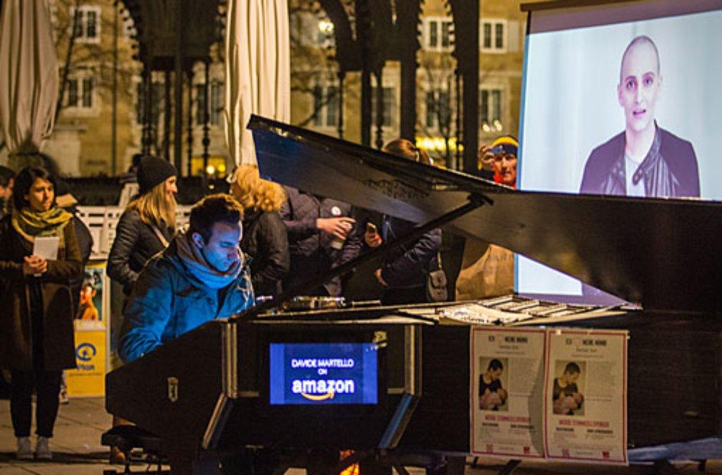 Davide Martello spielte am Samstag auf dem Stuttgarter Schlossplatz, um auf die DKMS-Typisierungsaktion für Eva Fidler hinzuweisen. Foto: Leserfotograf der cobold