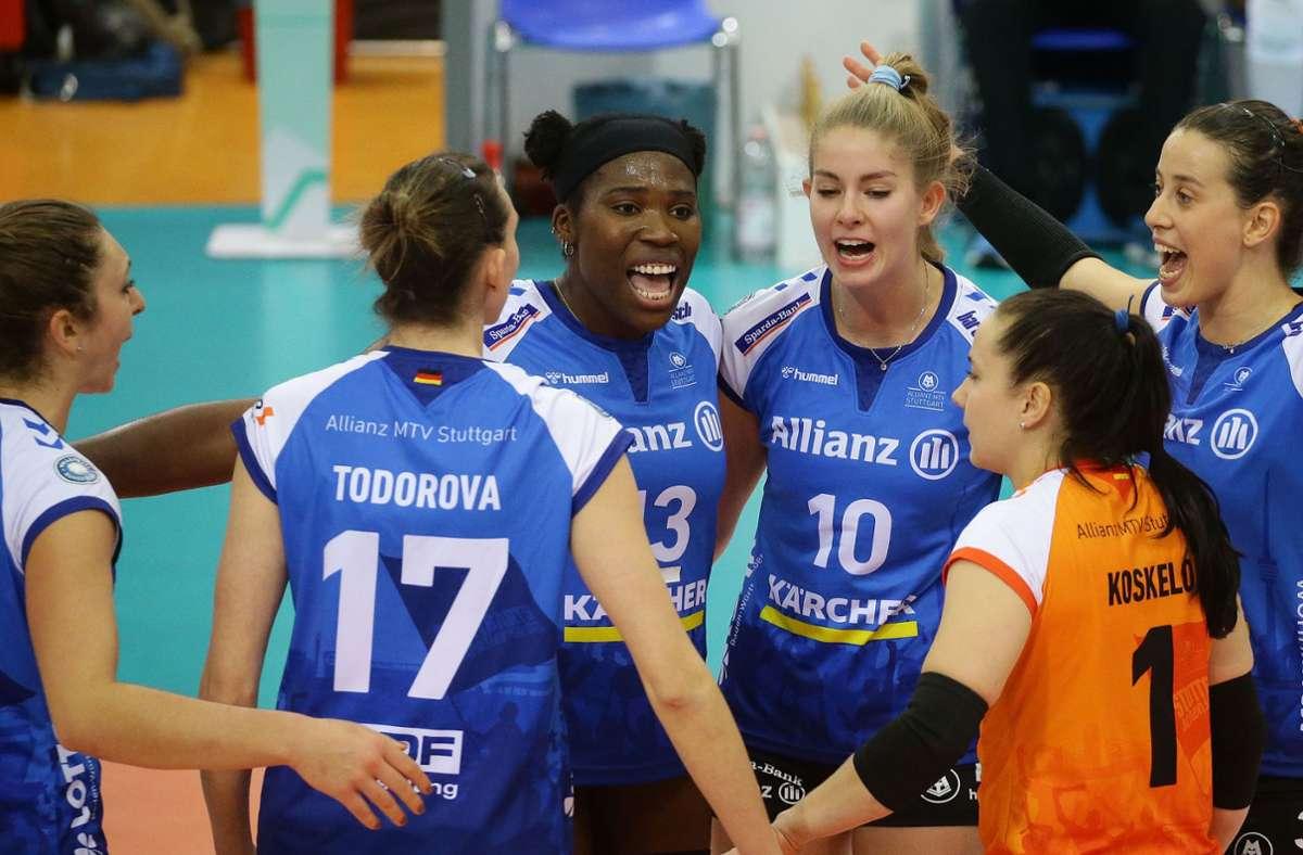 In der schwierigen Phase ziehen die  MTV-Volleyballerinnen an einem Strang. Foto: Baumann/Hansjürgen Britsch
