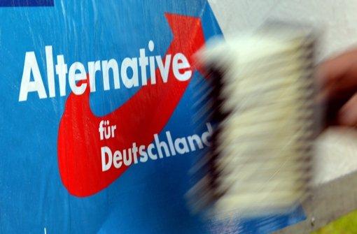 In Karlsruhe ist ein AfD-Plakataufsteller beschossen worden. (Symbolbild) Foto: dpa