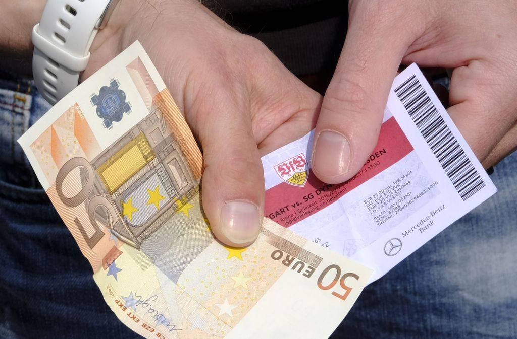 Mit dem teuren Weiterkauf von Eintrittskarten wird auf dem Schwarzmarkt viel Geld gemacht. Personalisierte Tickets sollen das ändern. Foto: Lichtgut/Michael Latz