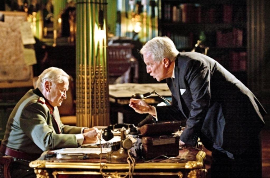 General von Choltitz (Niels Arestrup, links) und der Diplomat Raoul Nordling (André Dussollier) im Disput. Foto: Jerome Prebois