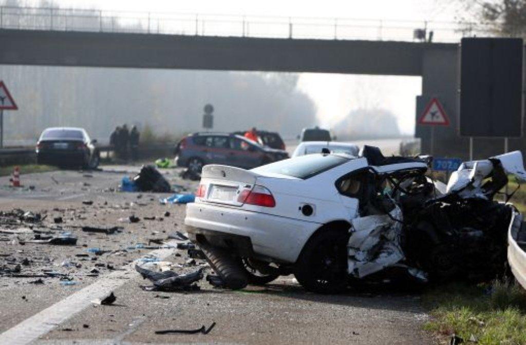 Wenige Tage nach dem Horror-Crash mit sechs Toten auf der Autobahn bei Offenburg hat die Polizei die Route des Falschfahrers ermittelt. Der 20-Jährige sei mit seinem BMW zunächst korrekt unterwegs gewesen und habe dann einen Autobahnparkplatz angesteuert, teilten die Ermittler am Freitag mit.  Foto: dapd