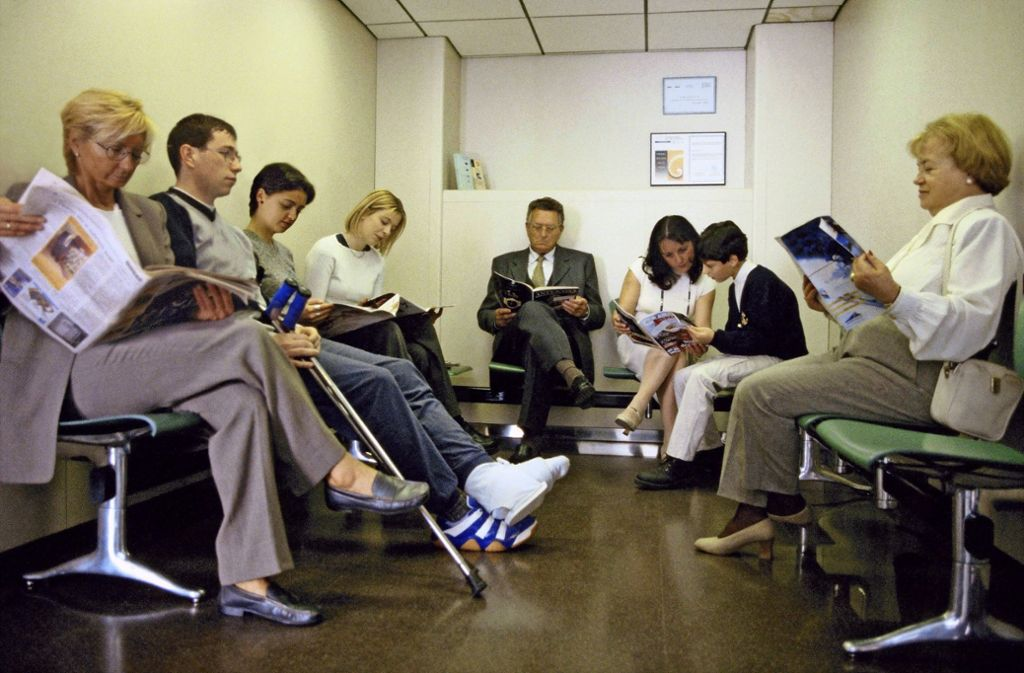 Erst warten Patienten auf einen Termin beim Arzt, und dann oft Stunden im Wartezimmer. Zumindest beim Termin soll es bald schneller gehen. Foto: Mauritius