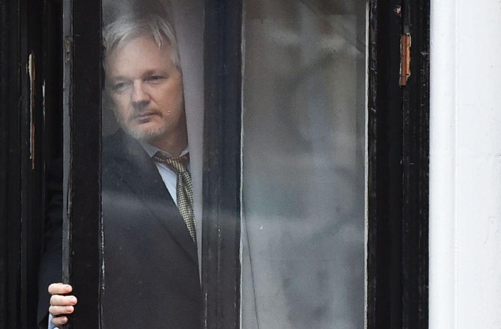 Der Haftbefehl gegen ihn hat weiter Bestand: Im Februar zeigte sich Julian Assange am Fenster der ecuadorianischen Botschaft in London. Foto: AFP