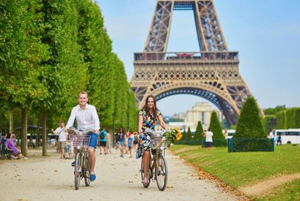Mit dem Fahrrad durch Paris zu fahren, hat etwas sehr Romantisches. Man gewinnt eine andere Sichtweise auf die Stadt. Foto: Shutterstock/Ekaterina Pokrovsky