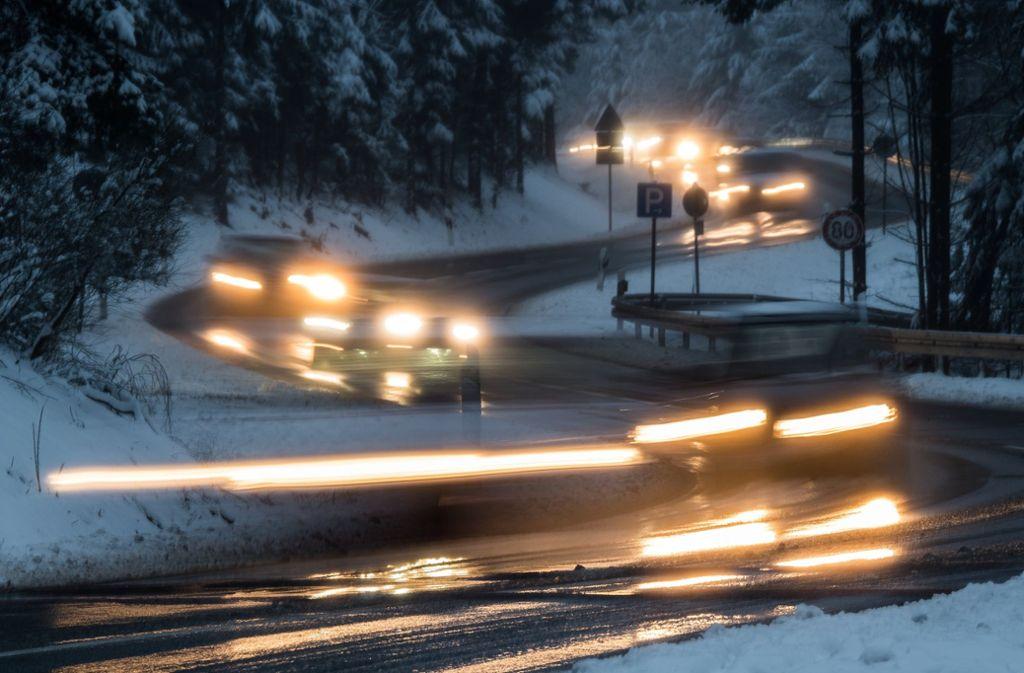 Der Deutsche Wetterdienst warnte wegen des Niederschlags vor überfrierender Nässe auf vielen Straßen im Südwesten (Symbolfoto). Foto: dpa