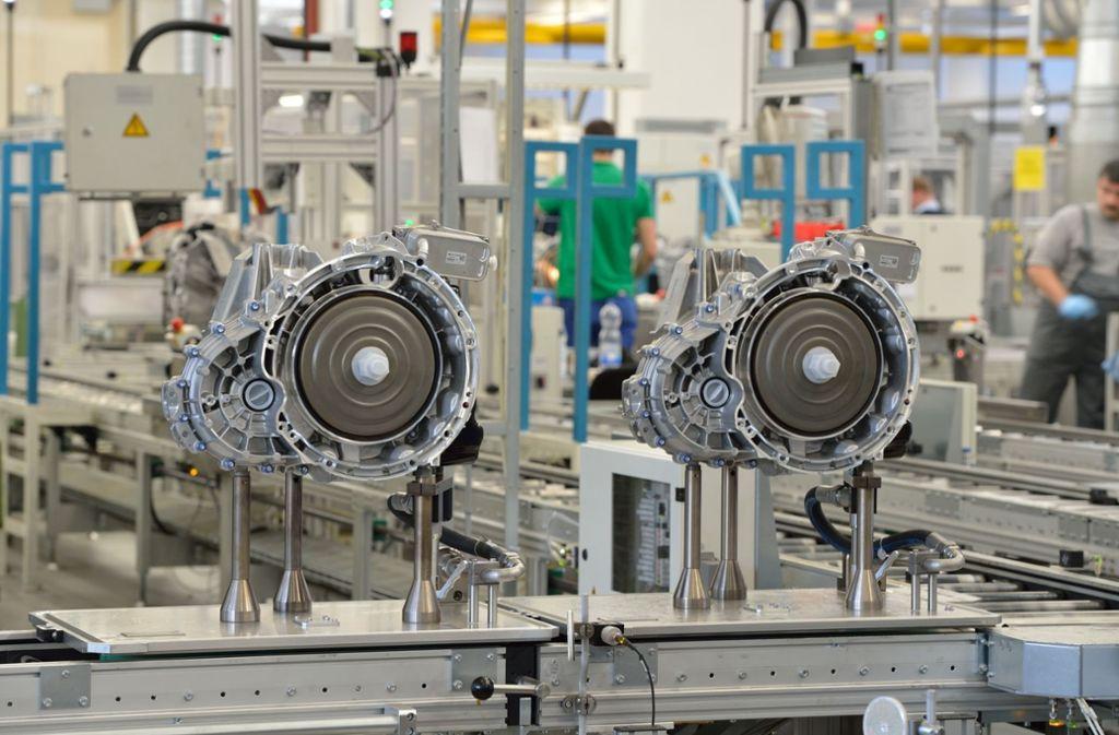 Im Werk von Daimler in Untertürkheim soll es in Zukunft nicht nur um Verbrennungsmotoren gehen. Foto: