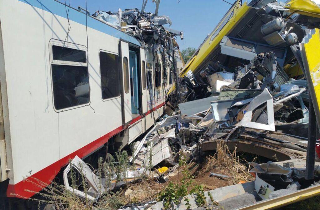Zwei Züge stoßen in Italien frontal zusammen. Viele Menschen sterben. Foto: dpa
