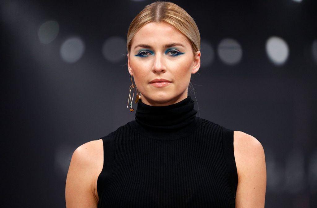 "Lena Gercke mit auffälligem Augen-Make-Up auf dem Maybelline-Laufsteg im Berliner Postbahnhof. Die Schau lief unter dem Motto ""Make-up that makes it in New York"". Foto: Getty Images Europe"