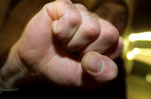 Faustschlag verletzt junge Frau