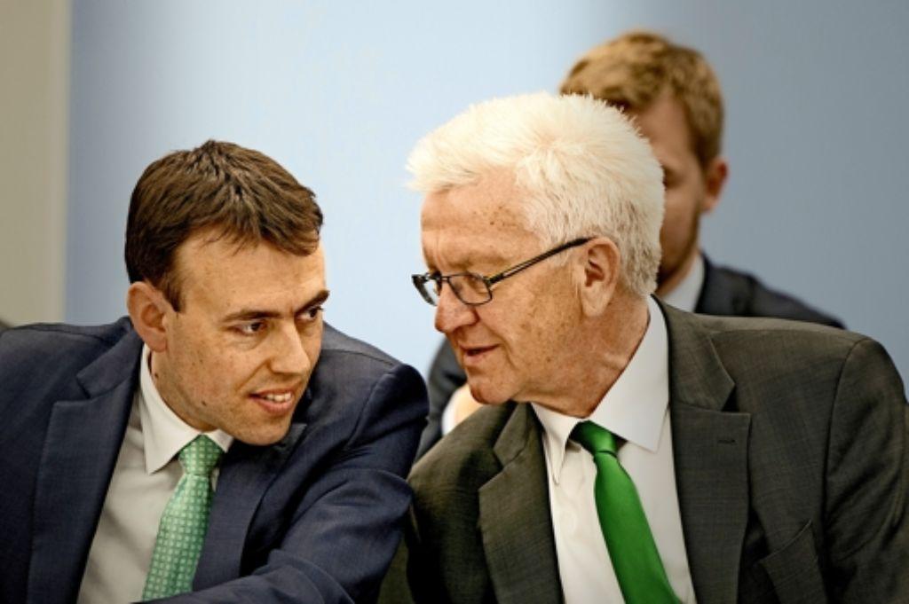 Regierungschef Winfried Kretschmann (Grüne, rechts) und Finanzminister Nils Schmid (SPD) werden  dieses Jahr wohl noch einen weiteren Nachtragshaushalt vorlegen. Foto: dpa
