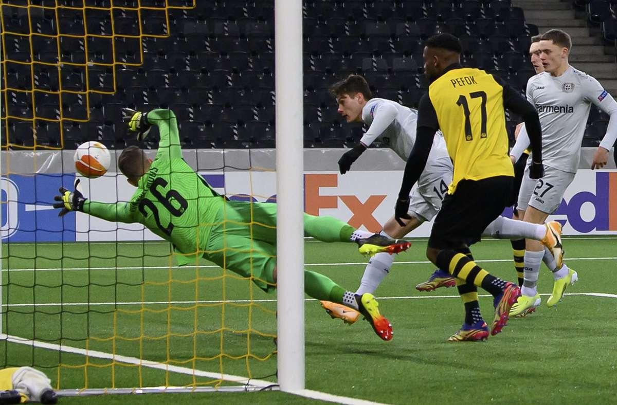 Drei Treffer waren nicht genug für Bayer: Leverkusens Patrik Schick (Mi.) erzielt gegen Berns Torwart David von Ballmoos den Treffer zum 1:3. Foto: dpa/Anthony Anex