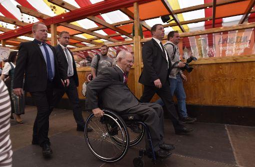 Schäuble trinkt Wasser im Wasen-Zelt