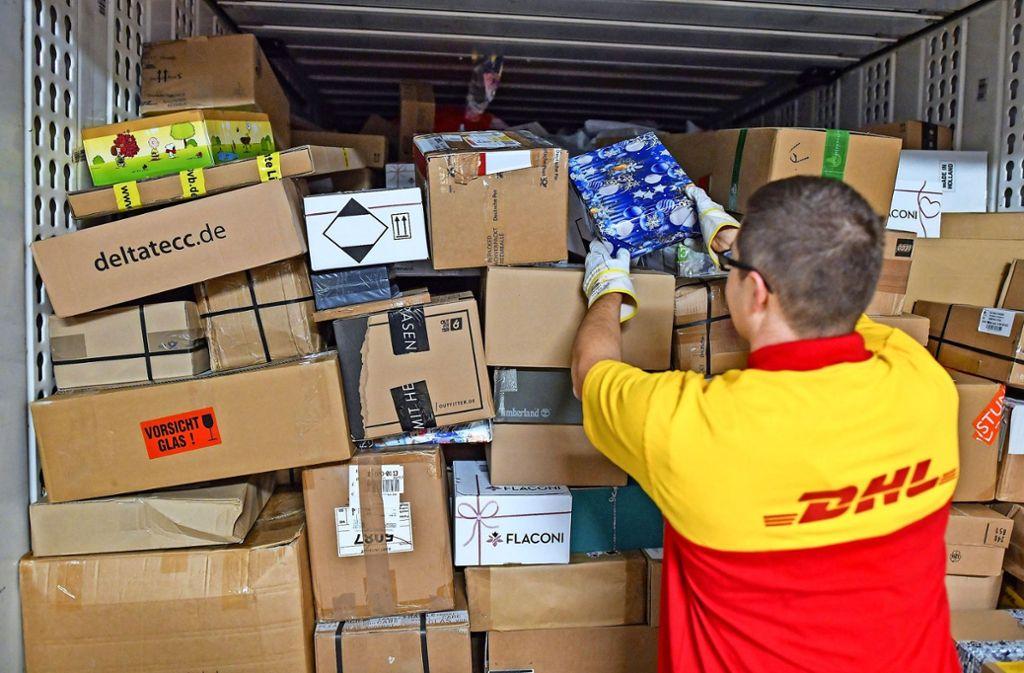 Jeden Tag transportieren die Mitarbeiter der DHL Millionen Pakete durch Deutschland. Nicht immer treffen sie dabei die Empfänger zuhause an. Foto: dpa