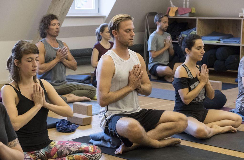 Timo Hildebrand (Mitte) übt seit vielen Jahren Yoga. Foto: Lichtgut/Michael Latz