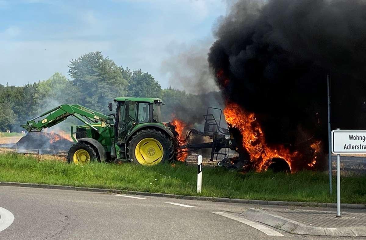 Bei dem Brand wurde auch dieser Traktor mitsamt Anhänger beschädigt. Foto: Dominic Berner