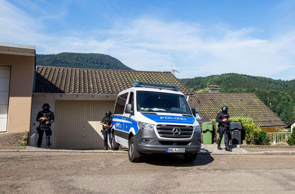 Ein Großaufgebot an Polizisten ist auf der Suche nach einem bewaffneten Mann. Foto: dpa/Philipp von Ditfurth