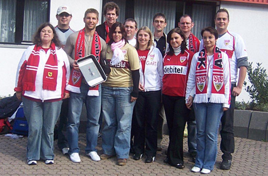 Im Oktober 2006 durften die Ruhrpottschwaben in den Räumen der VfB-Gaststätte an der Mercedesstraße Thomas Hitzlsperger (Dritter von links) treffen. Als Geschenk hatte der Vorstand ihm einen Kuchen mit Fanclublogo gebacken. Hier sind noch weitere Bilder der Ruhrpottschwaben: Foto: Kerstin Döring