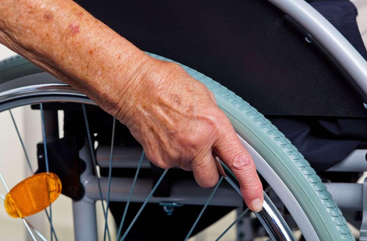 Die Rollstuhlfahrerin wurde in Stuttgart-Mitte bestohlen. (Symbolbild) Foto: imago images/Shotshop/Erwin Wodicka via www.imago-images.de