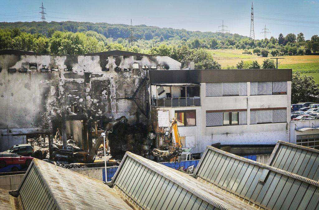 Die Spuren des Feuers sind unverkennbar: Die abgebrannte Montagehalle im Gewerbegebiet in Remseck-Aldingen. Foto: factum/Granville