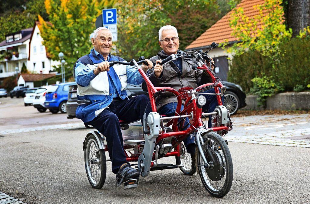 Traugott Kienzle (links) und Rainer Füßle (rechts) radeln zusammen ins Grüne. Foto: Ines Rudel