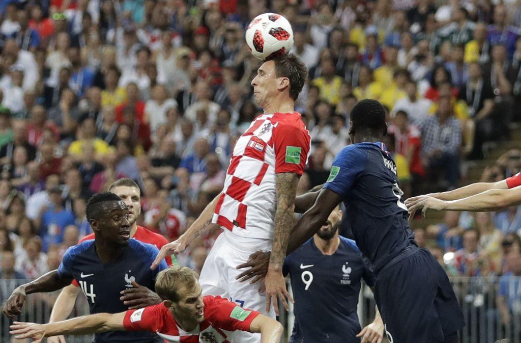 Mit seinem Eigentor bringt Mario Mandzukic die Franzosen im WM-Finale in Führung. Foto: AP