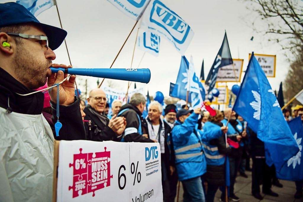 Die Gewerkschaften des öffentlichen Dienstes untermauern ihre Lohnforderung mit viel Getöse und bunten Beschäftigtenkundgebungen – wie hier der Beamtenbund am Dienstag auf dem Stuttgarter  Schlossplatz. Foto: dpa, privat