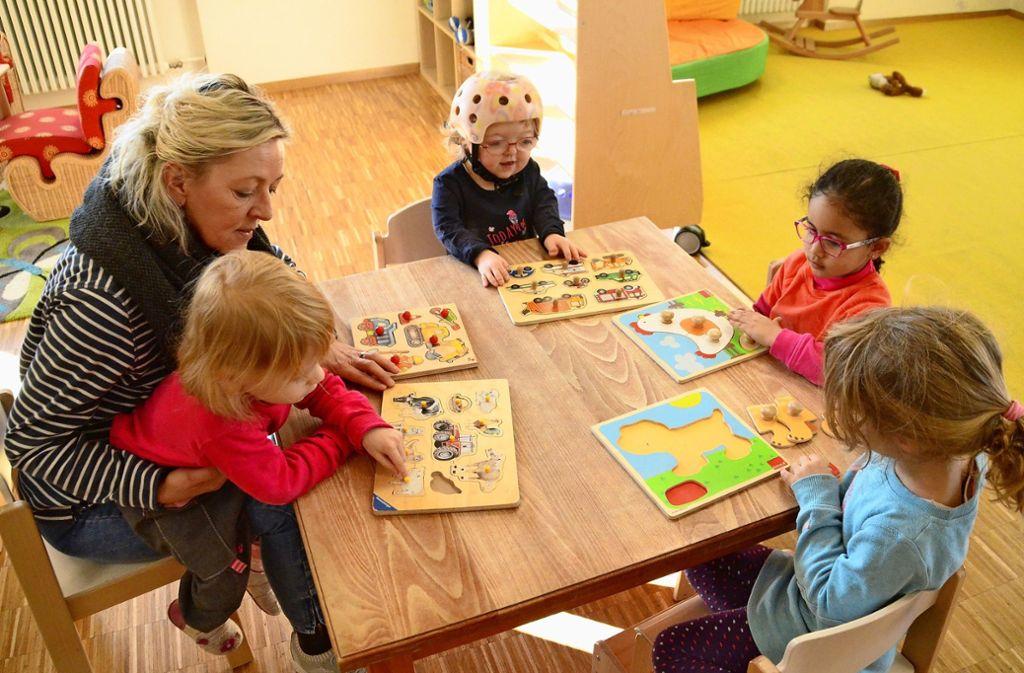 Kitaleiterin Antje Strohmeyer puzzelt mit den Kindern in der inklusiven Kita am Wallgraben. Foto: Sandra Hintermayr