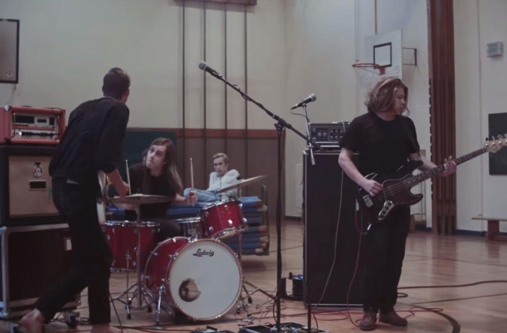 Barfuß in der Schulturnhalle: Die Nerven im Video zum Song Barfuß durch die Scherben Foto: Screenshot