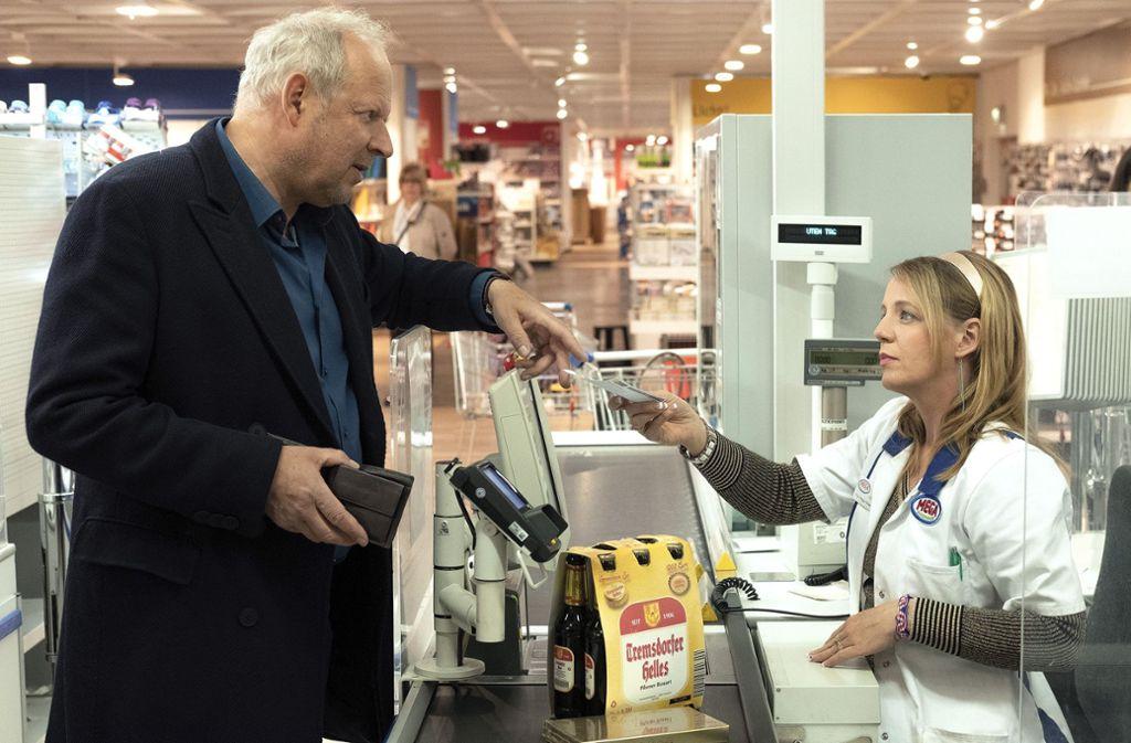 Kommissar Borowski (Axel Milberg) traut der Supermarktkassiererin Peggy Stresemann (Katrin Wichmann) nicht über den Weg. Foto: NDR