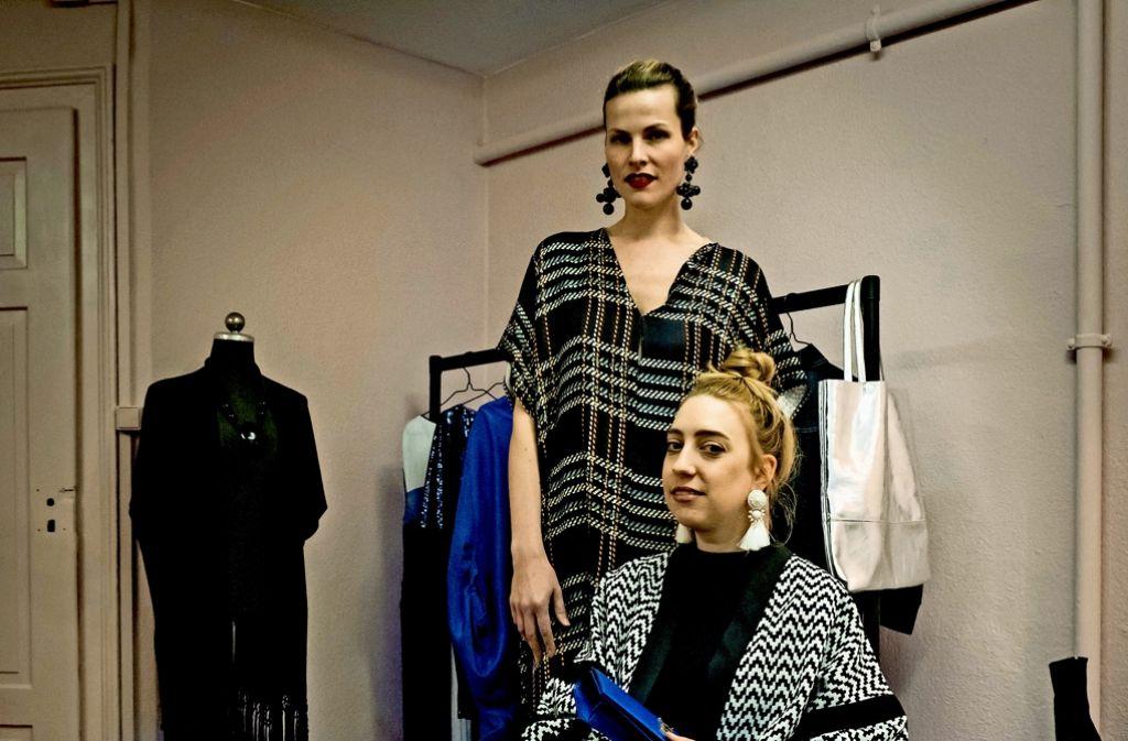 Jeanne Krichel und Nora Erdle (v. li.) wollen  ihre Kleidung teilen. Foto: Lichtgut/Achim Zweygarth