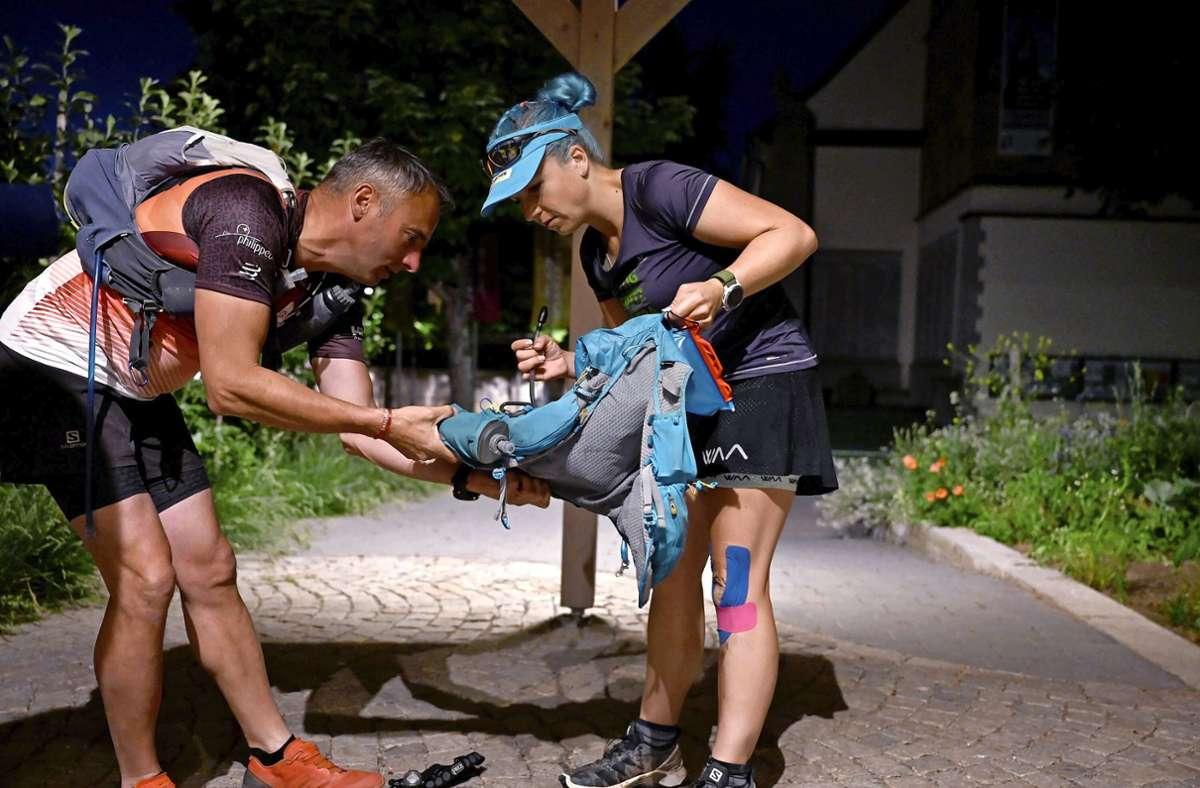 Steffi Saul und Erwin Bauer beim Start des Extremlaufs in Fellbach. Foto: dpa/Bernd Weissbrod