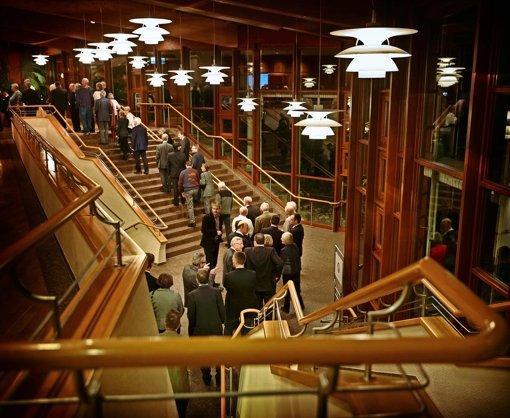 Schlange stehen  beim Bürgertreff: der Ghibellinensaal war  voll besetzt. Foto: Stoppel
