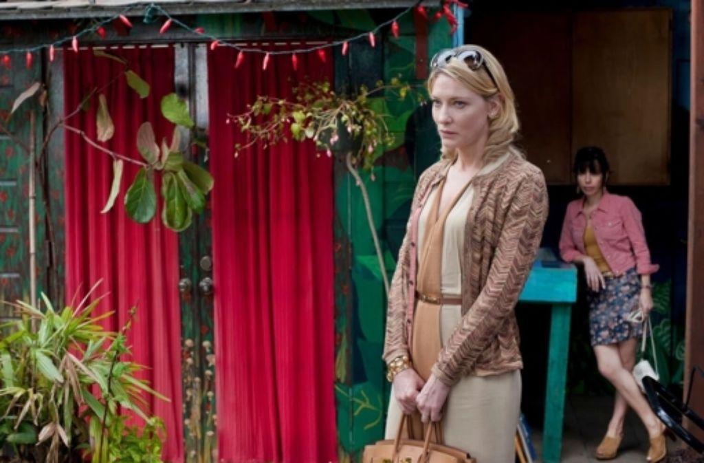 Jasmine (Cate Blanchett, vorn) ist angefressen. Sie hat gerade keinen Mann, der ihr den geliebten Luxus finanziert. Arm leben wie ihre Schwester Ginger (Sally Hawkins) will Jasmine auf gar keinen Fall, Foto: Warner Bros.
