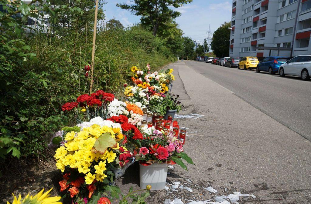Anwohner legen Blumen für den Ermordeten ab. Foto: Andreas Rosar