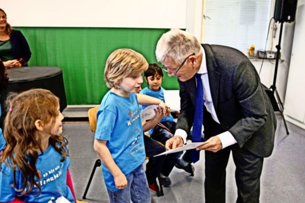 Die Klimaheld-Urkunden hat Oberbürgermeister Fritz Kuhn in der Lerchenraischule persönlich vorbeigebracht. Foto: Lichtgut/Leif Piechowski