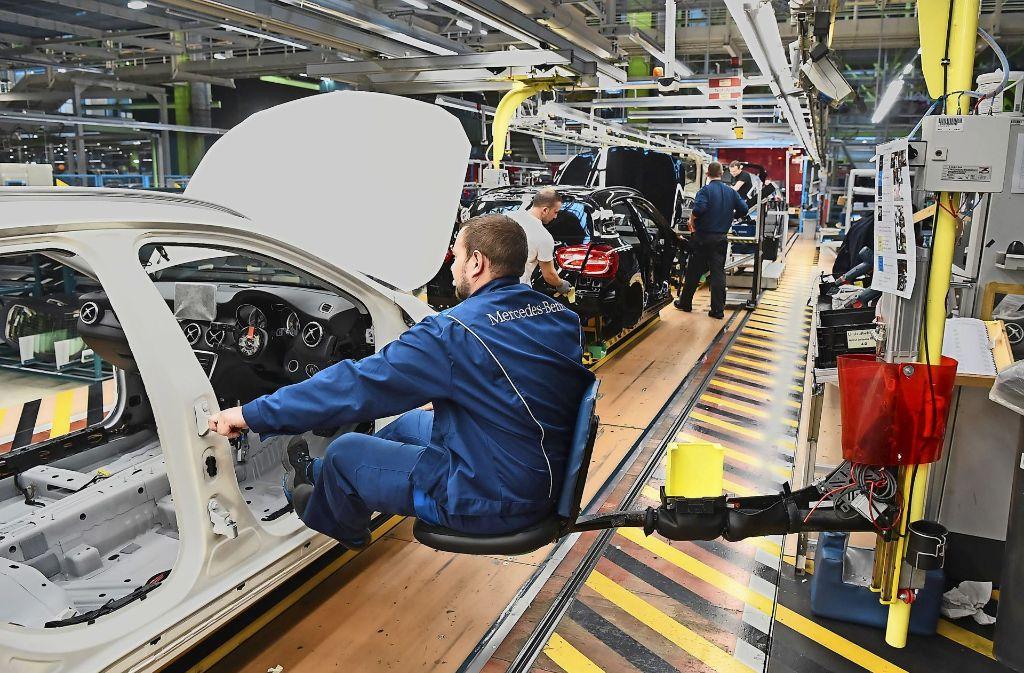 Die Führung des Autobauers geht davon aus, dass die Zahl der  deutschen Arbeitsplätze – im Bild ein Montageband im Daimler-Werk Rastatt –   langfristig stabil bleibt. Foto: dpa