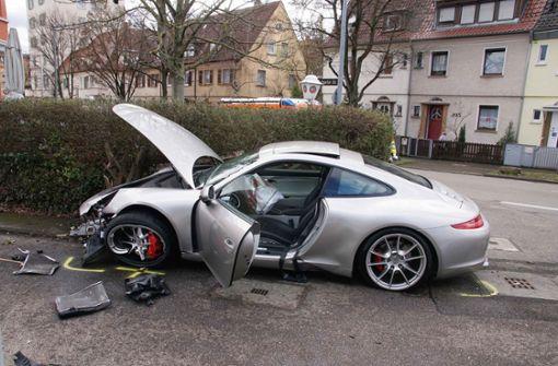 Porsche fährt in Feuerbach über Verkehrsinsel